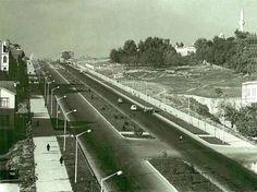"""İstanbul """"boyhood"""":-)) 1960'ların başında Barbaros Bulvarı... (Zincirlikuyu'dan Beşiktaş'a inen bulvar.) Bir """"Menderes icraatı."""" Yapımına 1957 yılında, Adnan Menderes döneminde İstanbul imar faaliyetleri çerçevesinde başlandı."""