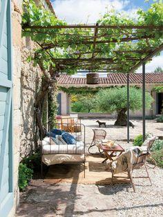 Schön renoviertes altes Bauernhaus in Cáceres, Spanien Outdoor Rooms, Outdoor Gardens, Outdoor Living, Outdoor Decor, Farmhouse Homes, Farmhouse Design, Pergola Patio, Backyard, Porch And Terrace