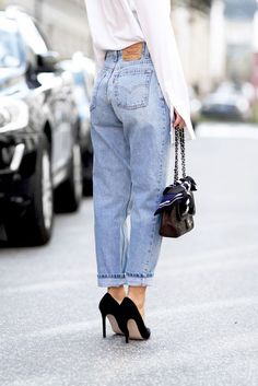 Tips for adopting Mom Jeans trend - lina - - Trucs pour adopter la tendance des Mom Jeans Comfortable and stylish, mom jeans are now a key piece, approved by it-girls, to add to your wardrobe. How to wear them? Jean Outfits, Casual Outfits, Cute Outfits, Fashion Outfits, Womens Fashion, Net Fashion, Fashion Ideas, Style Année 90, Mode Style