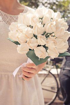 Ramo de rosas blancas hechas de tela