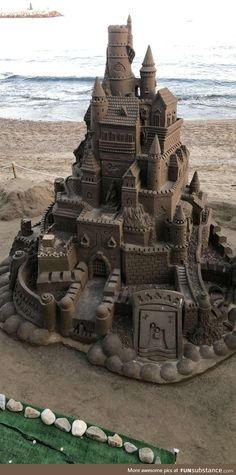 This sand castle some body built in the beach Best Funny Pictures, Funny Images, Ice Art, Snow Art, Cat Drinking, Some Body, Beach Art, Laugh Out Loud, Scenery