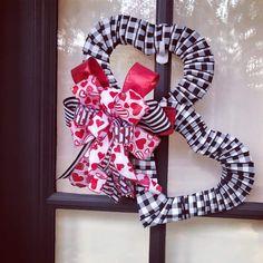 Diy Valentines Day Wreath, Valentine Day Love, Valentines Day Decorations, Valentine Day Crafts, Vintage Valentines, Wreath Crafts, Diy Wreath, Mesh Wreaths, Valentine's Day Diy