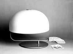 """oluce, """"275"""", design marco Zanuso. Ideata tra il 1963 e il 1965 come lampada da scrivania. Dalla situazione iniziale raccolta in cui il diffusore si sovrappone alla base circolare, praticamente dello stesso diametro, con una rotazione esso viene portato in posizione eccentrica. Da un lato rimane la circonferenza della base, dall'altro quella della testa: particolarmente forte è l'effetto quando la struttura è verniciata nera e allora si creano sul tavolo un cerchio nero e uno bianco…"""