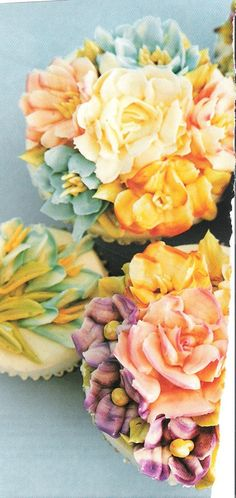 Beautiful floral cupcakes. these are really pretty.
