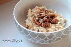 Tahle kaše je tak jednoduchá, až mi je skoro trapné ji dávat jako recept :). Je ale fakt moc dobrá a ještě jsem ji nikde neviděla, takže publikuju. Krom její ohromný jednoduchosti a dostupnosti surovin je super ještě v jedné věci. Znáte to, když máte doma kopu jablek a už jaksi nejsou k nakousnutí? Tak... Oatmeal, Grains, Rice, Healthy Recipes, Breakfast, Food, Health Recipes, Meal, Healthy Food Recipes
