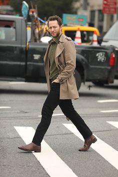 Street Style Leo Faria: com calça preta, camisa verde militar e parka camelo Camelo, Normcore, Jackets, Fashion, Black, Princesses, Green Shirt, Military, Down Jackets