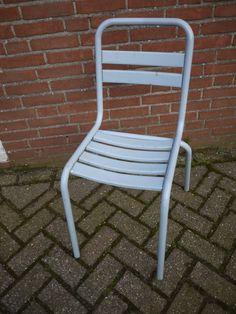 Grijze, metalen terrasstoeltjes. Dit soort stoeltjes kun je ook zo maar tegen komen in een Frans parkje. Kijk voor meer mooie brocante en vintage spullen op www.grijsengroen.nl