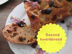 Gezond recept om zelf heel eenvoudig een gezond kwarkbrood te maken met griekse yoghurt, lekker met rozijnen en nootjes. Makkelijk en suikervrij!