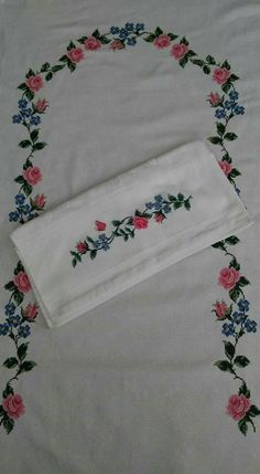 HUZUR SOKAĞI (Yaşamaya Değer Hobiler) Cross Stitch Designs, Cross Stitch Patterns, Crochet Bedspread, Cross Stitch Rose, Prayer Rug, Textiles, Bargello, Floral Tie, Embroidery Stitches