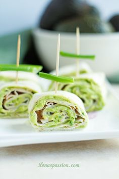Cilantro & Avocado Turkey Pinwheels - Perfect party food idea: turkey pinwheels with delicious avocado, fresh chive and cilantro sauce. Easy to make and your guests will love it! by ilonaspassion.com I @ilonaspassion