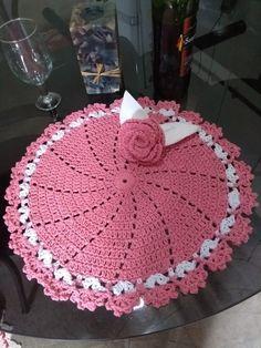 Sousplat com 4 peças que acompanha 4 porta guardanapos totalmente feito a mão utilizando a técnica de crochê com produtos de ótima qualidade! Pronto para a sua mesa para jantares especiais.