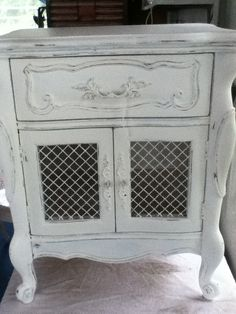 bed side table   http://lizziescottage.com/