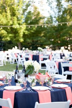 Navy blue and coral wedding centerpieces, lively mismatched wedding color palett. Navy blue and coral wedding centerpieces, lively mismatched wedding color palettes, spring outdoor wedding reception. Blue Wedding, Summer Wedding, Dream Wedding, Wedding Day, Trendy Wedding, Wedding Stage, Wedding Kiss, Diy Wedding, Wedding Themes
