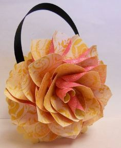 this is so pretty, wish it had instructions on how to make it.....Flower Purse