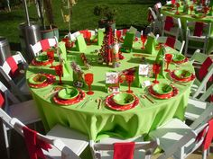 kinda grinchish table setting. . wonder if i could find cute plates like this.