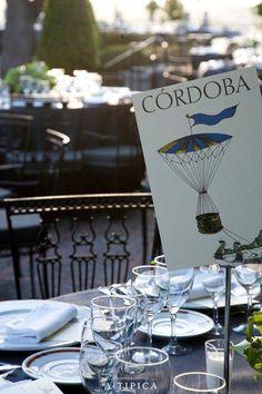 Nombre de mesa con ilustración vintage · A-Tipica Wedding #papeleriadeboda #weddingstationery #tendenciasdebodas