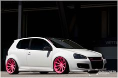 This Volkswagen GTi is just screaming for attention with its bold color scheme. Maybe it wouldn't look so bad on my next car. Volkswagen Golf Mk1, Vw R32, My Dream Car, Dream Cars, Pink Wheels, Pink Rims, Slammed Cars, Automobile, Modified Cars