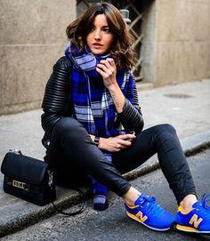 Adicione cor ao seu look todo preto com um tênis colorido.