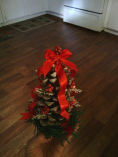 Pinecone Tree.....  love home made decorations!!!!  Makes a great centerpiece.....