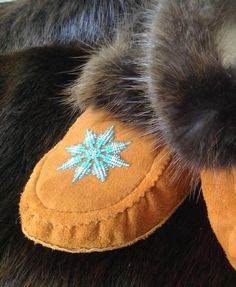 Native Beading Patterns, Beadwork Designs, Bead Patterns, Beaded Moccasins, Nativity Crafts, Beading Ideas, Leather Gloves, Beaded Earrings, Closer
