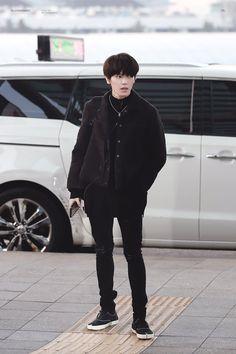 Cre : on pic Lee Taeyong, Kpop Fashion, Mens Fashion, Airport Fashion, My Destiny, Emo Boys, K Idol, Kpop Outfits, Winwin