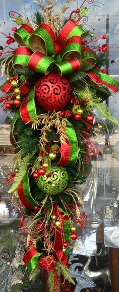 Holiday Crafts: Easy and Fun, DIY Gifts and Dcor Ideas for Christmas (Holidays & DIY Gifts) - My Cute Christmas Christmas Swags, Noel Christmas, Green Christmas, Outdoor Christmas, Holiday Wreaths, Christmas Projects, Winter Christmas, Holiday Crafts, Holiday Decor