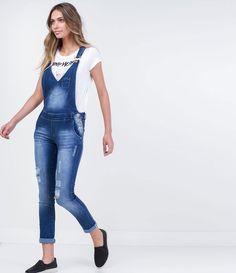 """Macacão feminino  Longo  Decote em """"V""""  Com bolsos  Lavagem com puídos  Marca: Blue Steel  Tecido: jeans  Composição: 98% algodão e 2% elastano  Modelo veste tamanho: P       COLEÇÃO VERÃO 2016       Veja outras opções de    macacões femininos."""