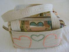 Lunch Bag ou Lancheira térmica feita tecido 100% algodão e forrada com tecido térmico. Fechamento com zíper. <br> <br>Mede aproximadamente 18cm de largura, 10cm de altura e 13cm de profundidade.
