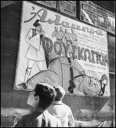 "https://flic.kr/p/MFkCvX | Αφίσα από την αθηναϊκή επιθεώρηση ""Φούσκωστον"" στο Θέατρο ""Αλάμπρα"" που διακωμωδούσε τον Μουσολίνι και τον ιταλικό στρατό. Φωτογραφία: Βούλα Παπαϊωάννου/Αρχείο Μουσείου Μπενάκη."