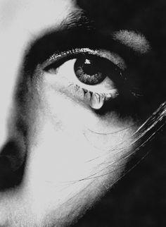 Se o mar lhe parecer cinza, E o sol lhe negar o calor, Uma lágrima cair sobre a face, Ainda haverá no coração uma esperança... Texto: Christine Aldo -  Do poema: Uma Mulher Só