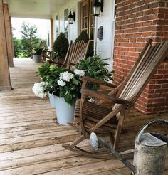 Chip and Joanna Gaines House Tour - Fixer Upper Farmhouse Fauteuils à bascule en bois. Chip and Joanna Gaines House Tour - Fixer Upper Farmhouse Chip Et Joanna Gaines, Joanna Gaines House, Joanna Gaines Farmhouse, Chip Gaines, Joanna Gaines Decor, Magnolia Joanna Gaines, House Front Porch, Up House, Front Porches