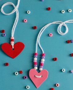 con delle perline, un cuore e un filo di lana bianca si può creare una bellissima collana