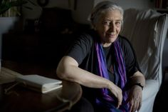 La poeta, traductora y ensayista publica la antología  Movimientos insomnes , que recoge 51 años de escritura