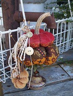 love this pumpkin pincushion