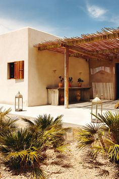 Chic summer retreat on the Formentera countryside Whilst ancient around thought, a pergola may be Adobe Haus, Mediterranean Style Homes, Mediterranean Architecture, Desert Homes, Ibiza, Interior And Exterior, Exterior Homes, Mansion Interior, Interior Design
