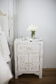 The prettiest patterned nightstand in an all white #bedroom