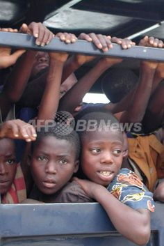 ナイジェリアから奴隷としてベナンに運ばれる途中、国境付近で救出され、警察車両に保護された子どもたち(2003年9月26日撮影)。(c)AFP ▼12Nov2008AFP|ナイジェリアで横行する「赤ちゃん売買」、その背景にあるものとは http://www.afpbb.com/articles/-/2536925 #Nigeria #Nijeriya