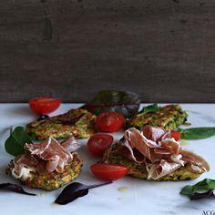 squash- og brokkolikaker med skinke og salatblader