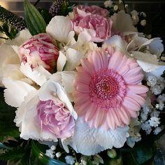 Suosikkivärinen #kukkakimppu jossa #kukat - #germini #neilikat ja #pioni sekä valkoinen #hortensia kaunis kokonaisuus  This weekend favority #boutique Color pink and white, #flowers -  #germini #carnations #peony #hydrangea I also love this  #kukkakauppa #blommor #florist #flowerofinstagram #flowerlovers #instaflower #kotka #suomi #finland