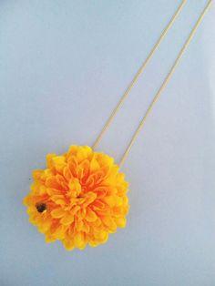 光るしずくをのせたダリアの花のネックレス チェーンは短めで、鎖骨あたりトップがきます 小さな太陽を胸元に•••|ハンドメイド、手作り、手仕事品の通販・販売・購入ならCreema。