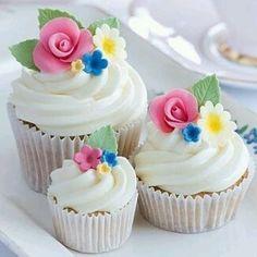 Da pra se apaixonar né? Perfeitos!! Repost @cakelovecookie ! #cupcakes #flowers #docesdecorados #ideas #inspiraçao #delicias #partyideas #mesadecorada