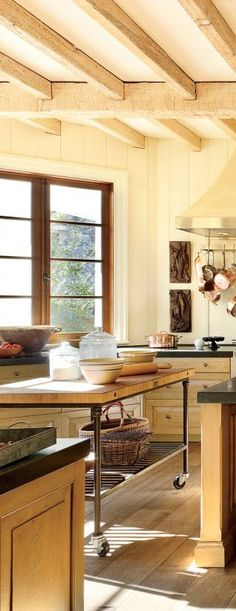 View rustic kitchens designed by the best rustic interior designers. From farmhouse kitchens to log homes and cabins with rustic kitchen ideas & tips. New Kitchen, Kitchen Dining, Warm Kitchen, Copper Kitchen, Kitchen Island, Rustic Kitchen Design, Kitchen Designs, Tennessee, Decoration Originale