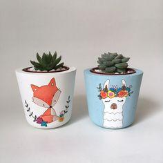 Painted Plant Pots, Painted Flower Pots, Flower Shop Decor, Flower Pot Art, Decorated Flower Pots, Pottery Painting Designs, Concrete Crafts, Plant Painting, Posca
