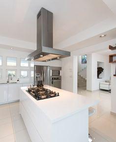 Busca imágenes de diseños de Cocinas estilo minimalista: CASA RR8. Encuentra las mejores fotos para inspirarte y y crear el hogar de tus sueños.