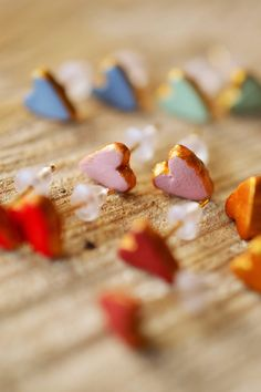 Happy Valentine's Day! perfect for date night: super cute, super easy love heart earrings: air drying clay, acrylic paint et voilà! adorable