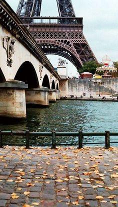 """Paris, cidade luz que contrasta com a escuridão. Famosa por ser centro de revoluções e reinvenções, ela atrai pela vibração elegante de suas ruas e monumentos. Afinal, quem nunca sonhou em estar em frente da imponente Torre Eiffel? """"A Dama de Ferro"""", como é carinhosamente chamada.:"""