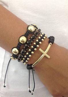 D2250S2650  Kit de pulseiras shambalas, confeccionadas com cordão preto, composto de 4 pulseiras - 1 pulseira de bolas douradas - 1 pulseira de corrente de strass jet (SS29 - Strass grande) - 1 pulseira shambala com bolinhas douradas  - 1 pulseira de crucifixo em silicome, com cristais jet  > Pode ser confeccionado em outras cores de cordão encerado (cores disponíveis: Amarelo, amarelo cítrico, azul claro, bege claro, bege escuro, café, cinza, palha, cru, gelo, kaki, laranja cítrico, ...