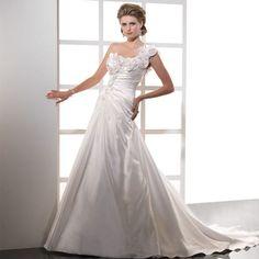 """��Великолепное платье от Maggie Sottero """"Dalinda"""" �� ��Из нежной тафты жемчужного оттенка, с драпировками по корсету и необычным  узор из кружева и цветов с инкрустацией из кристаллов #swarovski, диагональная бритель на одно плече, подчеркнёт тонкий силуэт и визуально добавит высоты образу! ��Стоимость 69.700руб -50%= ✨34.850руб✨ Платье мечты реально в Матримонио…"""