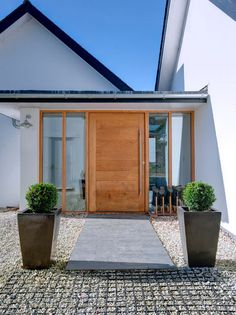 Caring closed entrance porch design Check our Building A Porch, Entry Doors, Modern Front Door, Porch Design, House With Porch, Entry Design, House Front, Front Door Design, House Exterior