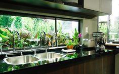 Paredes escuras e pontos de cor: veja a cozinha de Carolina Ferraz no GNT - Receitas da Carolina - Programas - GNT